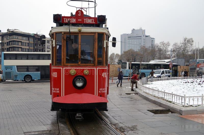 Исторический трамвай на бульваре Istiklal квадратное taksim стоковое изображение rf