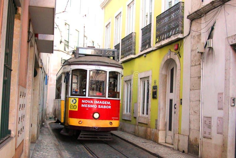 Исторический трамвай нет 28 в alfama, Лиссабон, Португалия стоковое изображение rf
