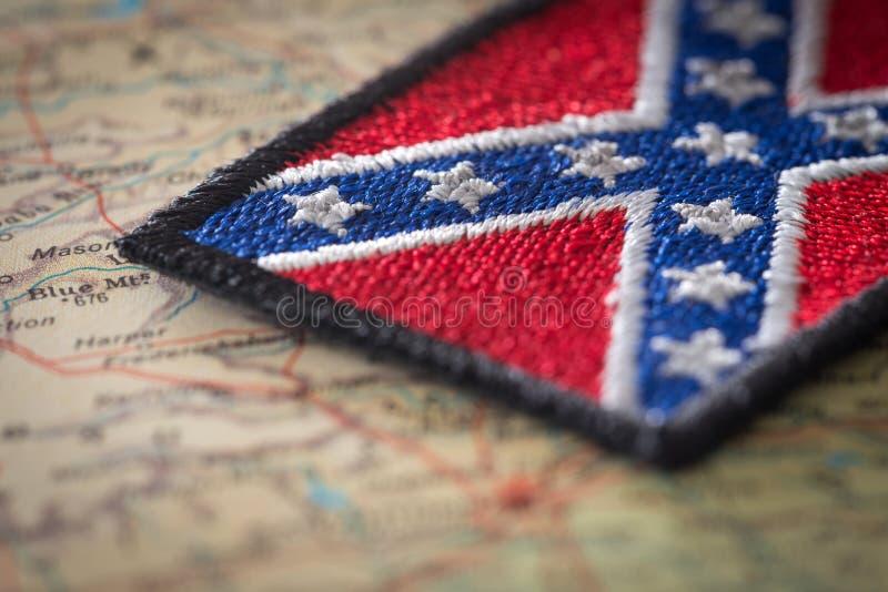 Исторический флаг юга Соединенных Штатов на предпосылке карты США стоковое фото rf