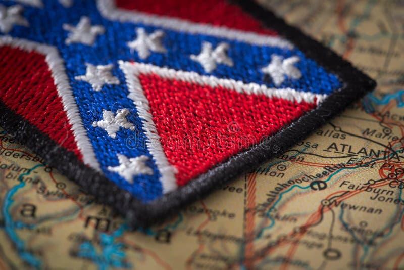 Исторический флаг юга Соединенных Штатов на предпосылке карты США стоковое изображение rf
