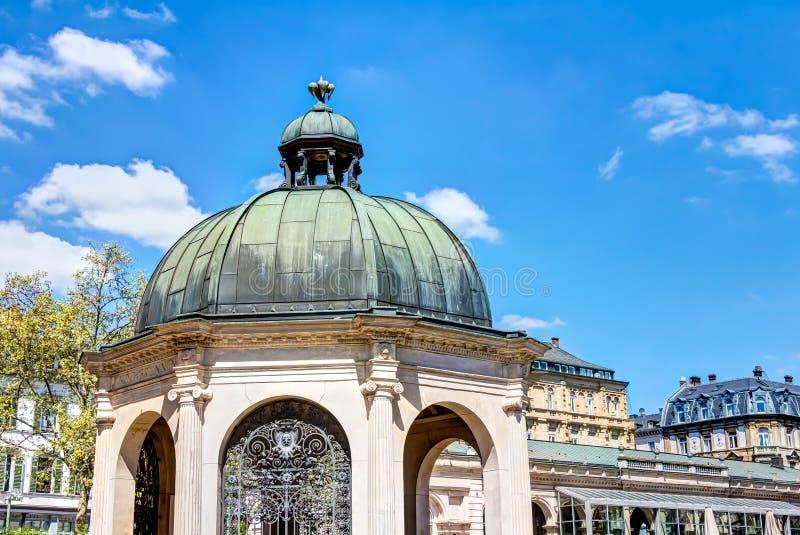 Исторический фонтан чирея в Висбадене стоковые изображения rf