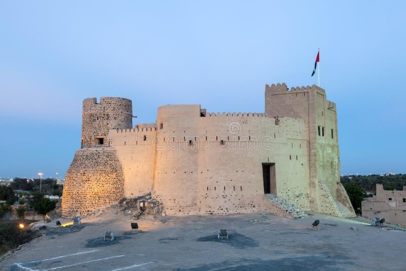 Исторический форт Фуджейры на ноче стоковое изображение