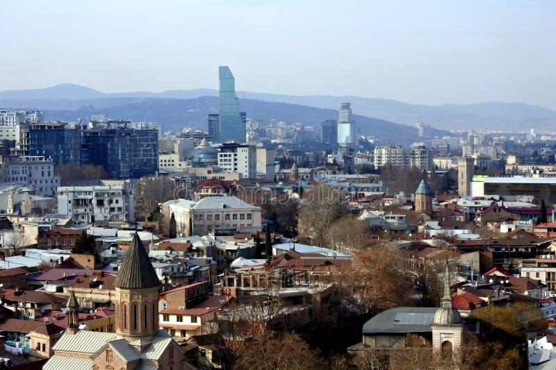 Исторический центр Тбилиси от верхнего пункта, под старым городком и живописными крышами стоковое фото rf