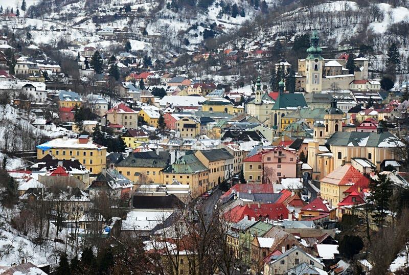 Исторический центр Banska Stiavnica как увидено от восточного холма около Голгофы, во время сезона 2018 зимы стоковые изображения