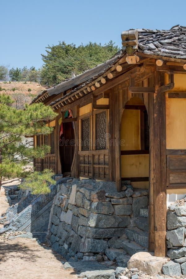 Историческое деревянное обрамленное корейское здание при деревянная крыша встряхиваний построенная на небе каменного учреждения г стоковые изображения