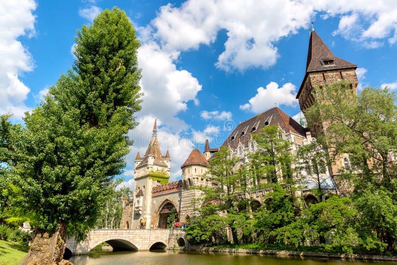 Историческое здание в Будапеште - замок Vajdahunyad над голубым небом в главном парке Varosliget города стоковые изображения rf