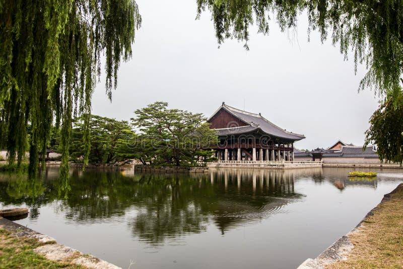 Историческое здание на озере на дворце Gyeongbokgung в Сеуле Южной Корее Азии стоковые изображения