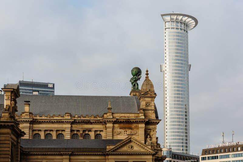 Историческое здание около башни Westend во Франкфурте стоковые изображения rf