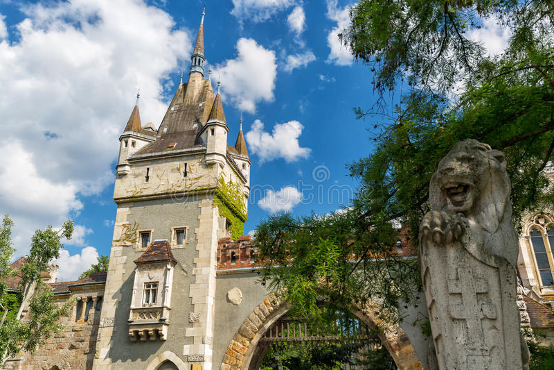 Историческое здание в Будапеште - замок Vajdahunyad над голубым небом в главном парке Varosliget города стоковая фотография rf