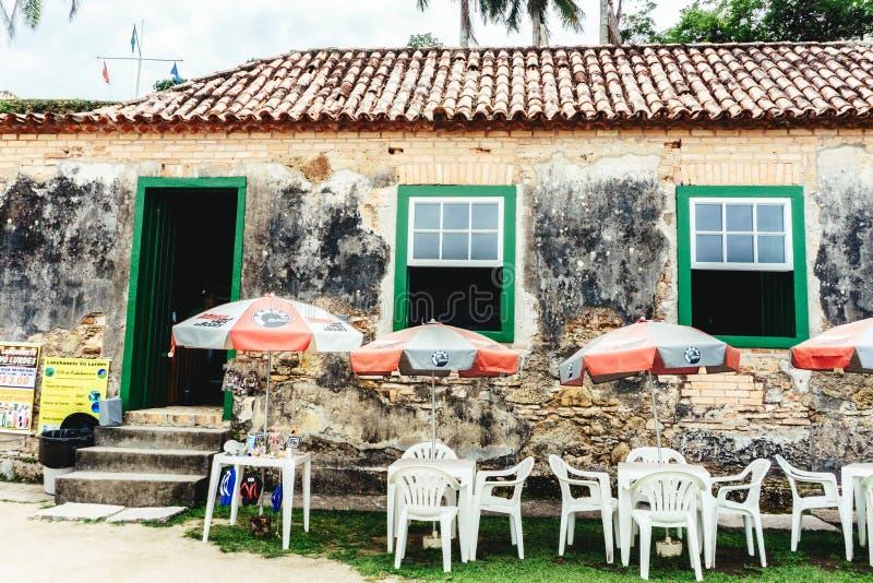 Историческое, очень старая и деревенская торговля, малые таблицы и зонтик стоковые изображения rf