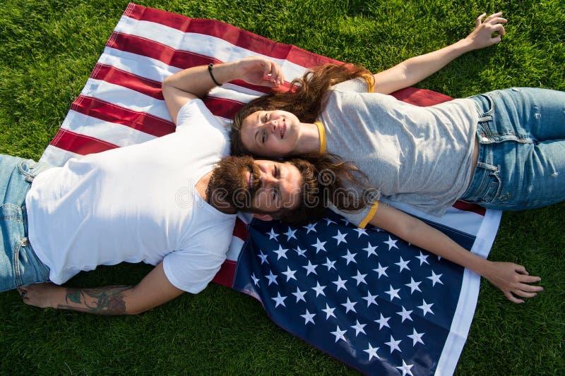 История Америки Американские патриотические люди Американские пары ослабляя на флаге США outdoors o Национальный стоковое изображение