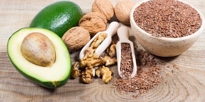 Источники омеги 3 жирной кислоты: льняные семена, авокадо и грецкие орехи стоковые изображения rf