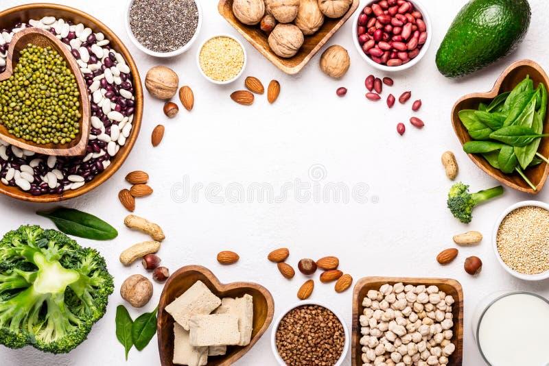 Источники vegetable протеина Обрамляют фасоли, гайки и другие питательные ингредиенты стоковые фото