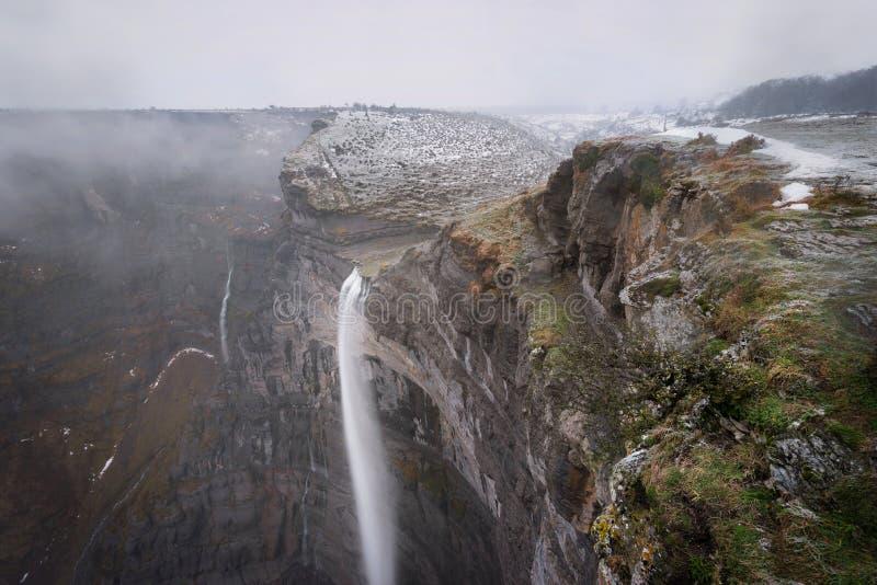 Источник и водопад реки Nervion в Monte de Сантьяго, Бургосе, Испании стоковые изображения