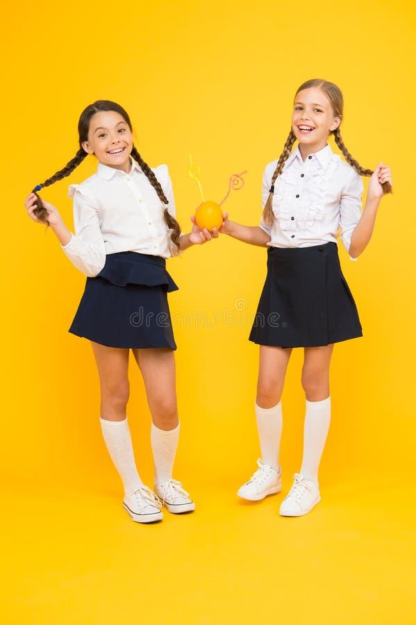 Источник энергии глюкозы фруктового сока Школьный обед Счастливые дети выпивают сок E Питание витамина Свежие фрукты стоковые изображения rf