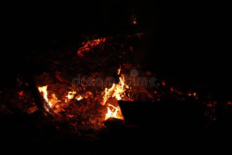 Истощаться костер ночи в темноте стоковые фотографии rf