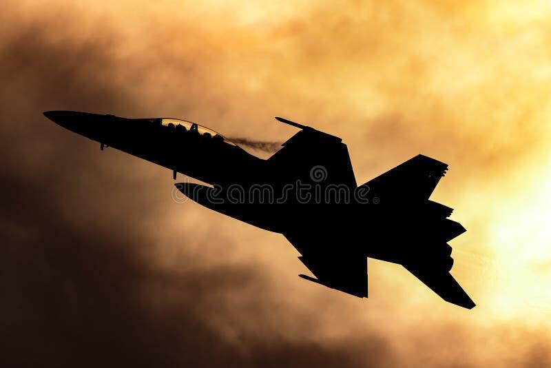 Истребительная авиация супер шершня военновоздушной силы королевского австралийца RAAF Боинга F/A-18F multirole silhouetted проти стоковые фото