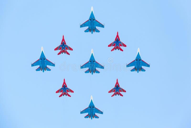 Истребительная авиация Su-27 и Mig-29 пилотируемая членами рыцарей и Swifts русского стоковая фотография