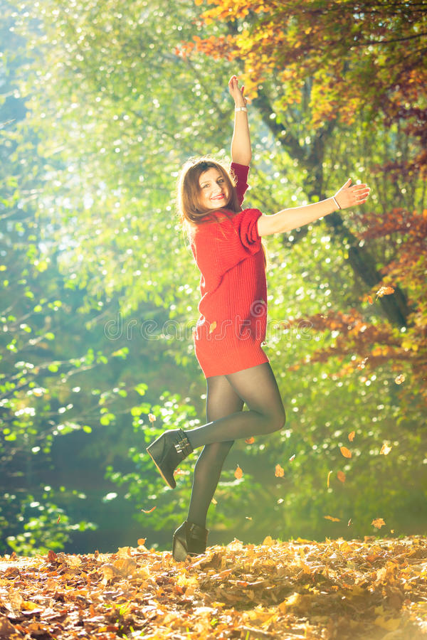 листья меча детеныши женщины стоковые фотографии rf