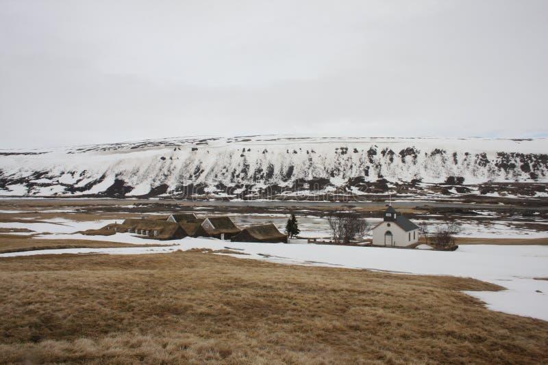 Исландские дома дерновины с церковью в зиме стоковые фото