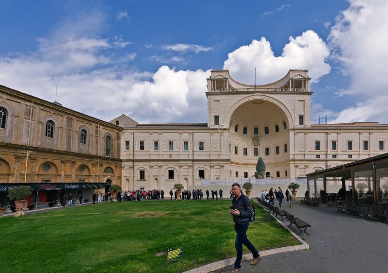 Италия - март 2019: Суд сосны в Риме, Ватикане, образовывает северный конец большего бельведера ренессанса стоковая фотография