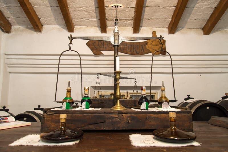 Италия, Модена, старый масштаб для того чтобы весить бальзамический уксус стоковое фото