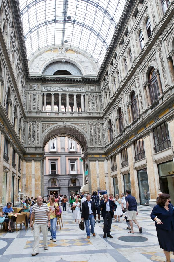 ИТАЛИЯ, НЕАПОЛЬ 21-ОЕ СЕНТЯБРЯ 2010: Места для публики столетия umberto галереи стоковые фотографии rf