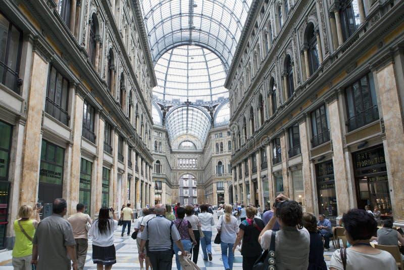 ИТАЛИЯ, НЕАПОЛЬ 21-ОЕ СЕНТЯБРЯ 2010: Места для публики столетия umberto галереи стоковые изображения