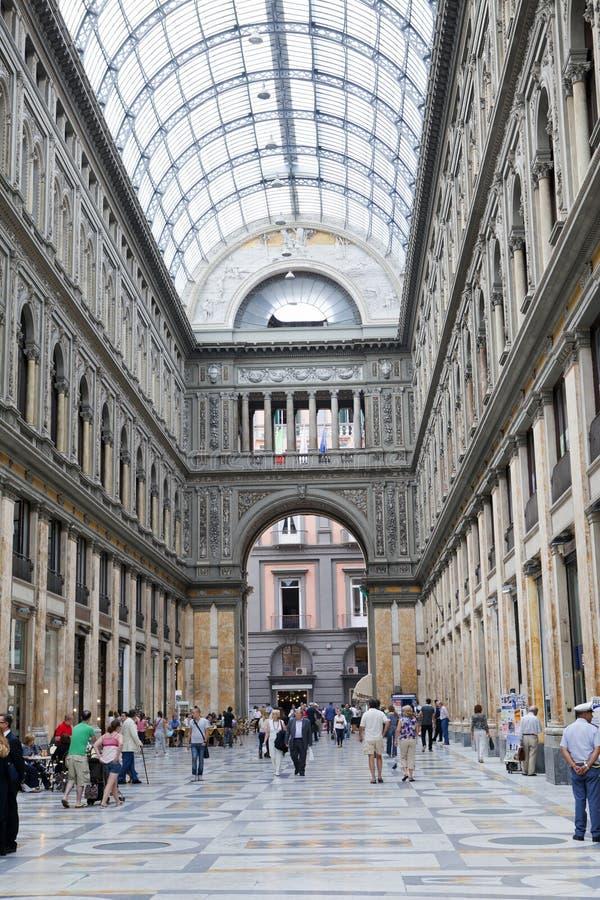 ИТАЛИЯ, НЕАПОЛЬ 21-ОЕ СЕНТЯБРЯ 2010: Места для публики столетия umberto галереи стоковое изображение rf