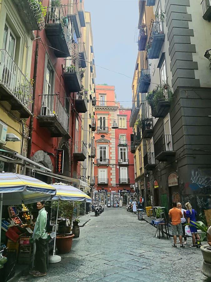 Италия, старый городок Неаполь, переулка около квадрата Dante стоковые изображения
