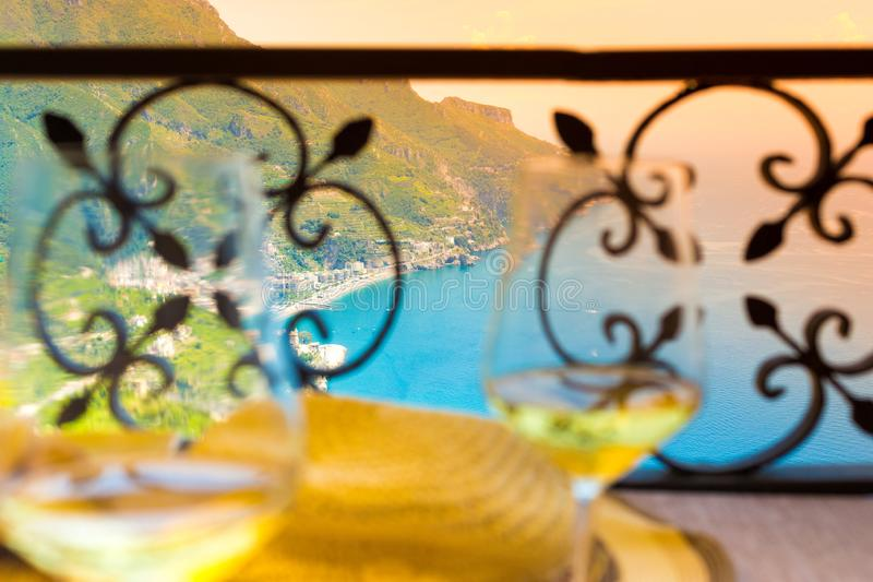 Италия, 2 стекла белого вина на побережье Амальфи стоковое изображение rf