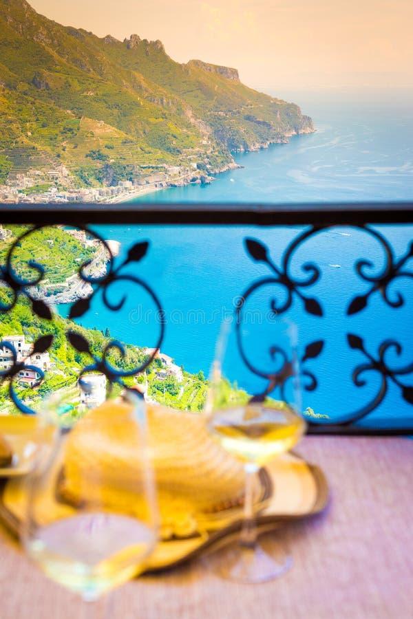 Италия, 2 стекла белого вина на побережье Амальфи стоковое изображение