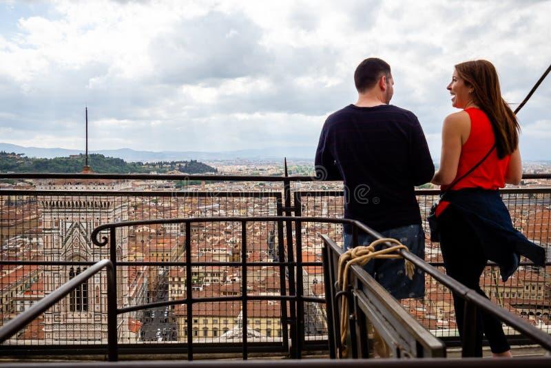 Италия, Флоренс - 11-ое мая 2019, пара наслаждается взглядом Florenze - Firenze - от места наблюдения бдительности Duomo внутри стоковое изображение