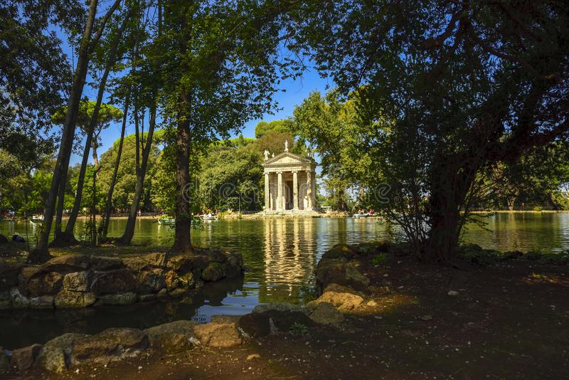 Италия rome Сад виллы Borghese Озеро с шлюпками и виском стоковое фото rf