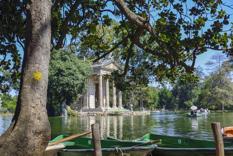 Италия rome Сад виллы Borghese Озеро с шлюпками и виском стоковые изображения