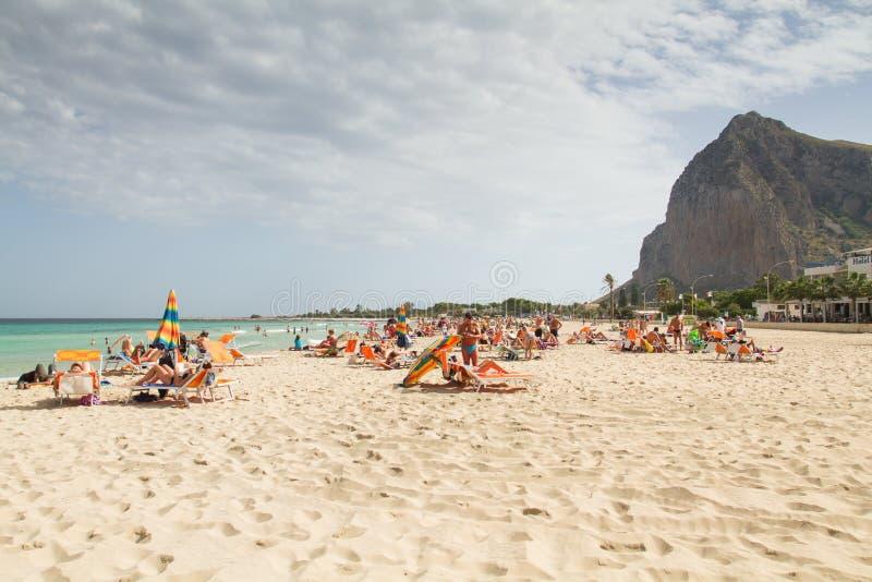 ИТАЛИЯ, SAN-VITO-LO-CAPO - 13-ОЕ ОКТЯБРЯ 2016: Взгляд пляжа стоковое изображение