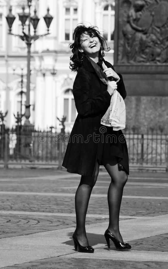 итальянка города смеясь над старой женщиной улицы стоковая фотография rf