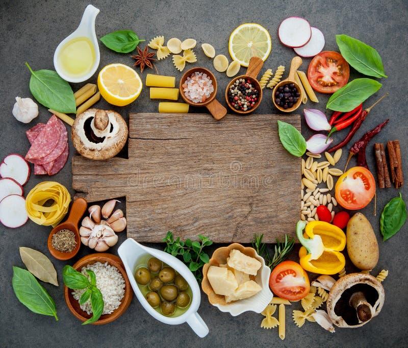 Итальянская еда варя ингридиенты на темной каменной предпосылке с c стоковая фотография rf