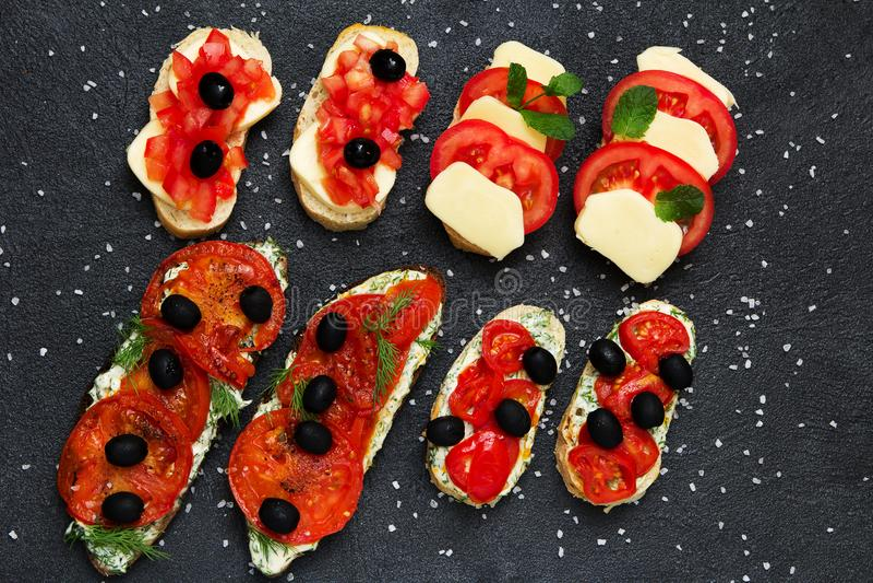 Итальянская квартира черных оливок томатов brochettes кладет естественное здоровье стоковая фотография rf
