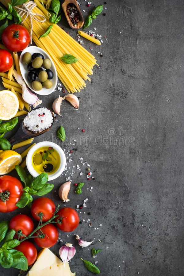 Итальянская предпосылка еды на черной каменной таблице Взгляд сверху стоковое фото