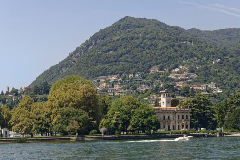 итальянские вилла и горное село на озере Como, Италии стоковые фотографии rf