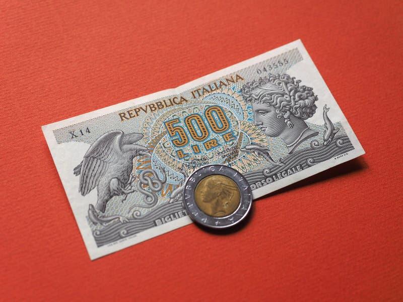 Итальянские 500 лир примечания и монетки стоковые фотографии rf
