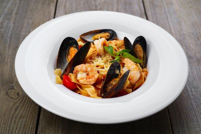 Итальянские макаронные изделия морепродуктов с clams и креветками стоковые изображения rf