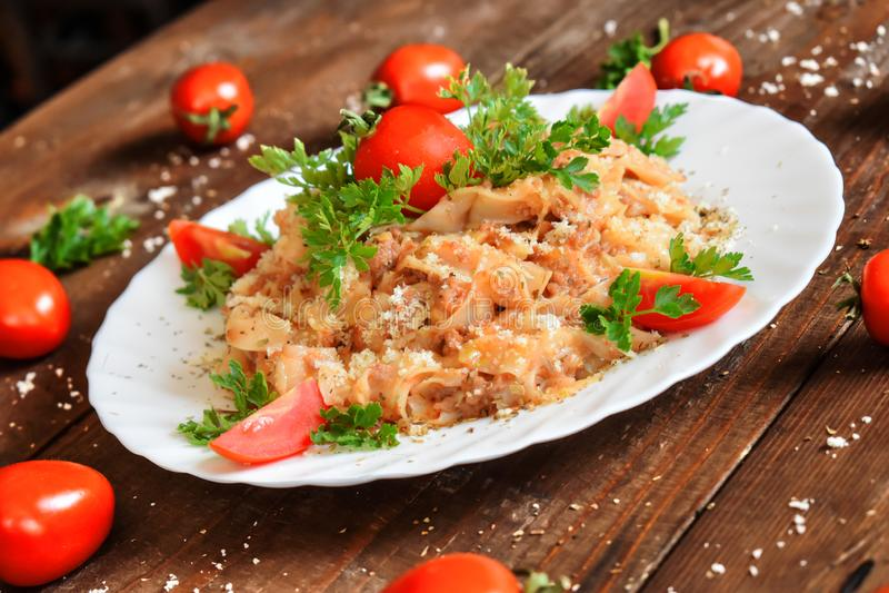 Итальянские макаронные изделия сыра и томата покрытые с пармезаном стоковое фото