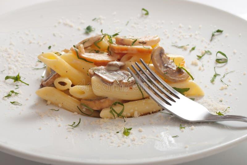 Итальянские макаронные изделия penne со сливками, грибы, бекон и chives стоковая фотография