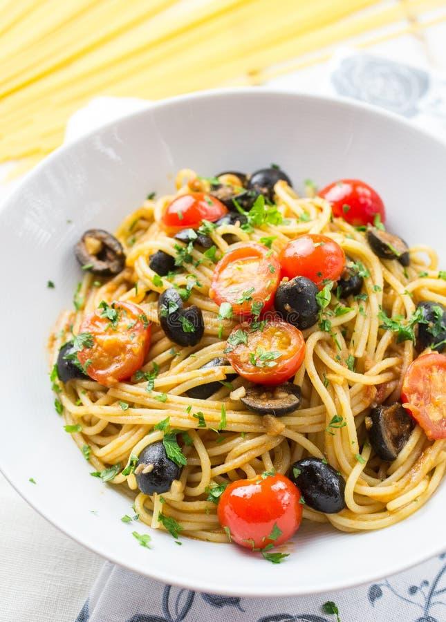 Итальянские макаронные изделия puttanesca спагетти стоковая фотография rf