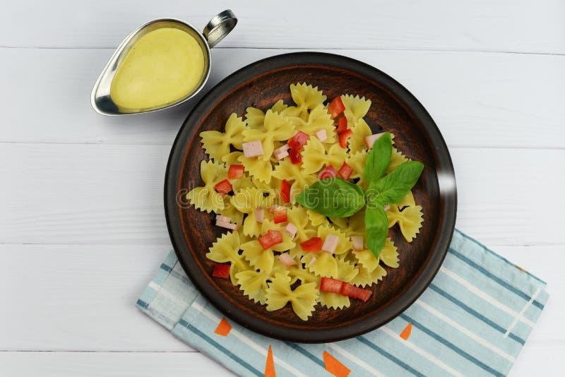Итальянские смычки макаронных изделий с паприкой стоковое изображение