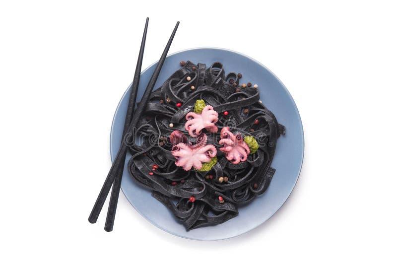 Итальянские черные макаронные изделия с каракатицами покрывают краской и marinated осьминога стоковое фото