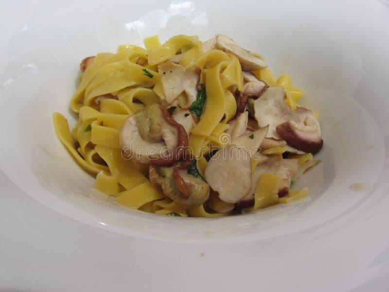 Итальянские fettuccine или макаронные изделия tagliatelle со свежими грибами porcini стоковая фотография rf