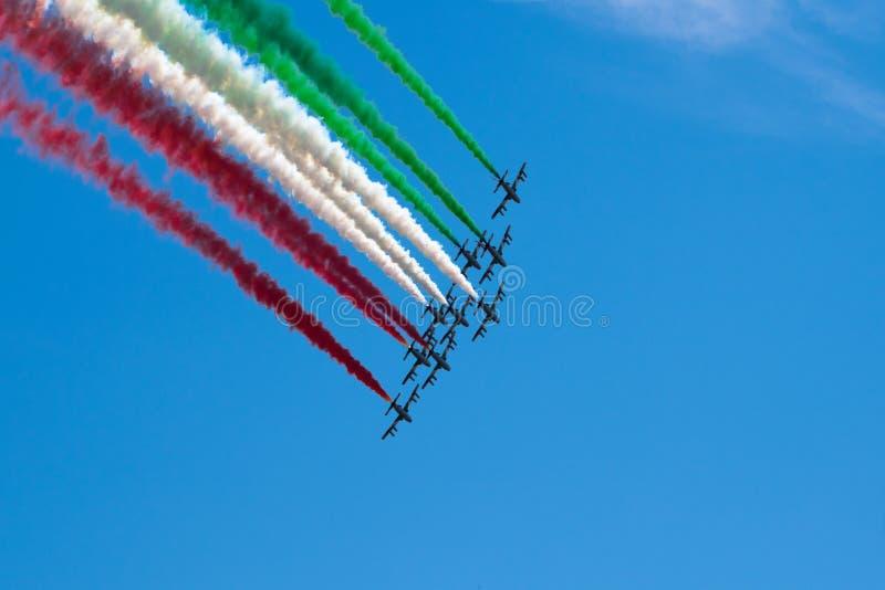 Итальянский военный авиационный дозор Frecce Tricolori выполняет во время дня республики 2-ого июня в Риме стоковое изображение